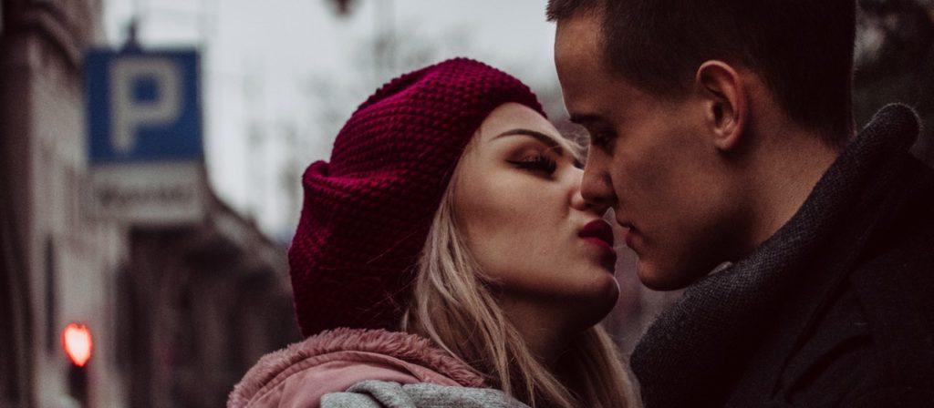 pareja a punto de besar